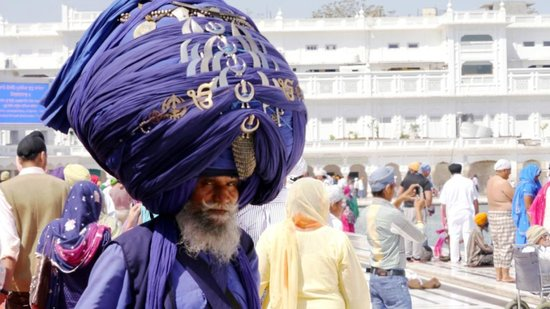 Temple d'or : A Nihang, a famous and prestigious armed Sikh order.