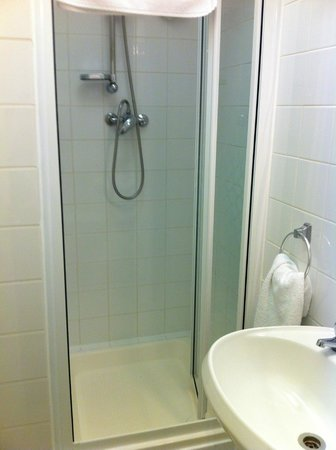 Lawrence House Hotel: The Shower
