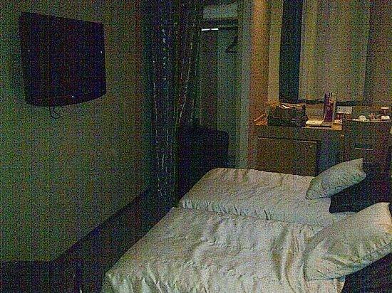 Pera Tulip Hotel: Smallest room ever!