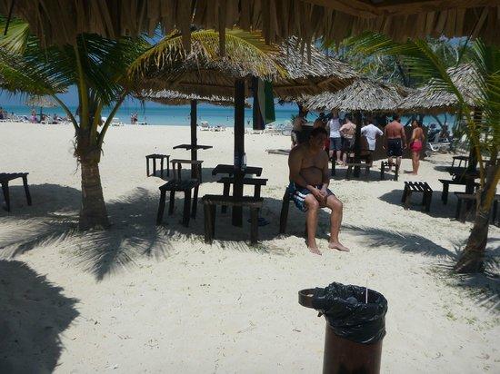Hotel Playa Coco: Sector para comer en la playa