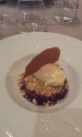 Restaurant David : dessert - pear crumble with ice cream
