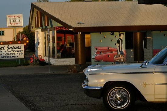 Motel Safari: Old Fairlane out front