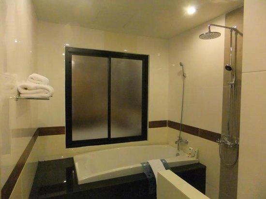 Ao Nang Naga Pura Resort & Spa: Spacious bathroom