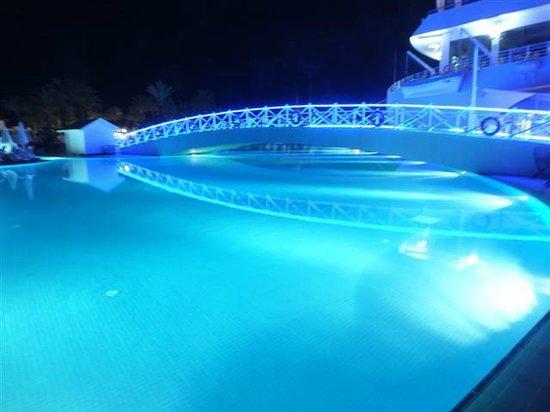 Titanic Beach Lara Hotel: havuzun gece görüntüsü
