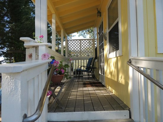 Windrose Romantic Cottages: This is the porch of the Garden Suite