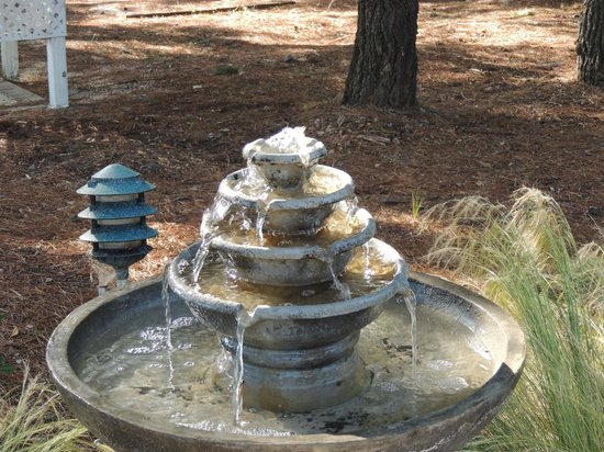 Windrose Romantic Cottages : This is the water fountain right outside the room.