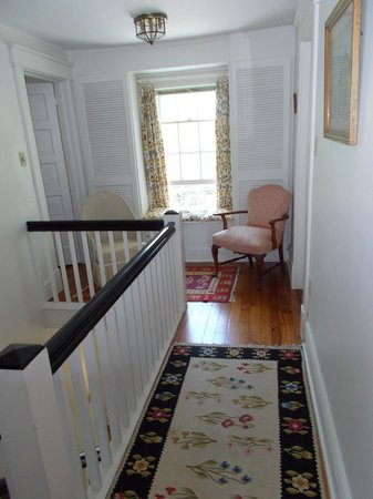 Enfield House B & B: Upstairs hallway