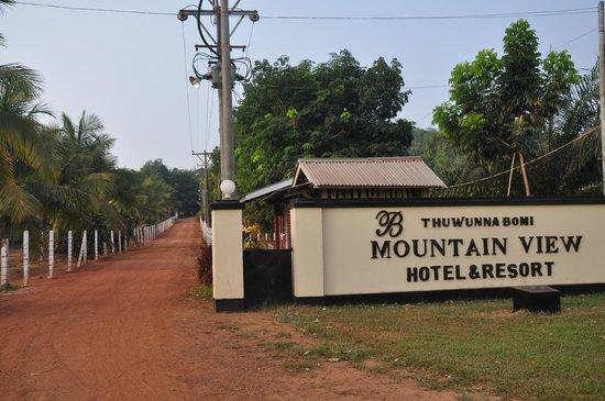 Thuwunna Bumi Mountain View Resort : Oprijlaan