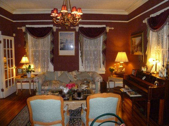 Peace and Plenty Inn: View of the parlour from the dining room