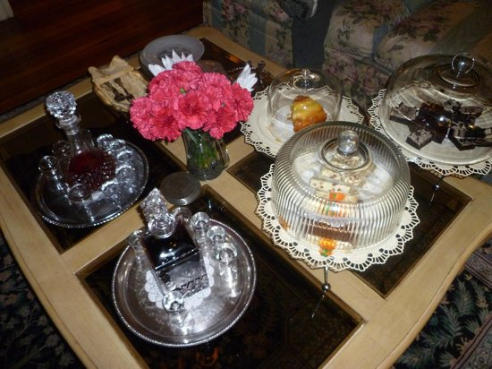 Peace and Plenty Inn : Cakes and sherries in the parlour