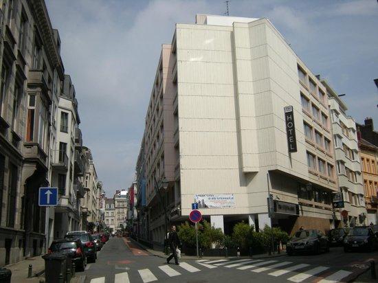 NH Brussels Stephanie: Het hotel vanaf de overkant van de straat
