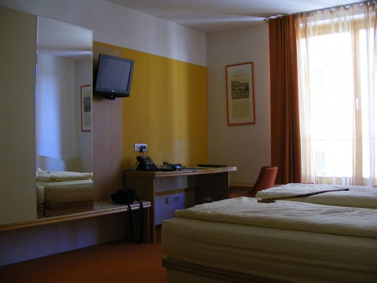 City Hotel Ljubljana: Bedroom sleeps three (another chair would be nice)