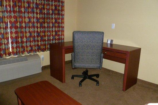 Oxford Suites Portland - Jantzen Beach: In room desk with free internet