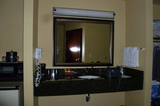 Oxford Suites Portland - Jantzen Beach: sink and amenities separate from bathroom