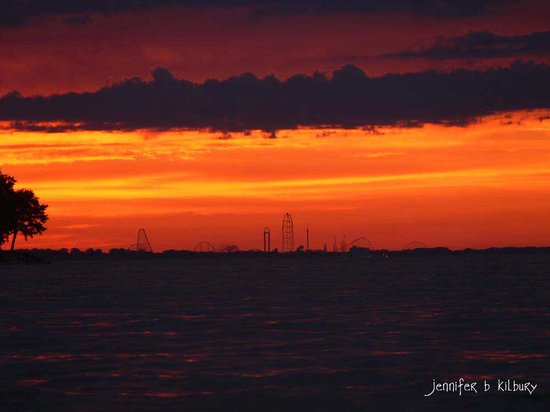 Captain Montague's Bed and Breakfast: sunset over Lake Erie with view of Cedar Point skyline