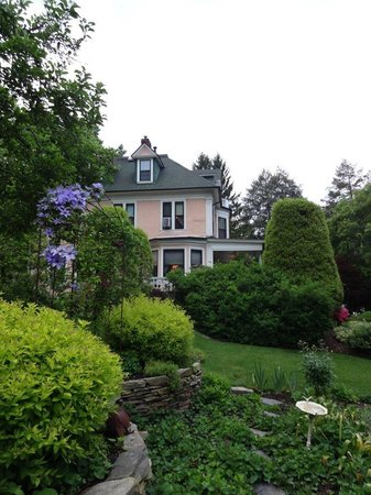 The Lion and The Rose Bed and Breakfast : View of house from garden