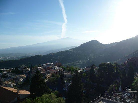 Villa Sara: vue depuis la terrasse de la chambre : l'Etna