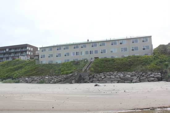 Pelican Shores Inn: Looking back at the Hotel from the Ocean