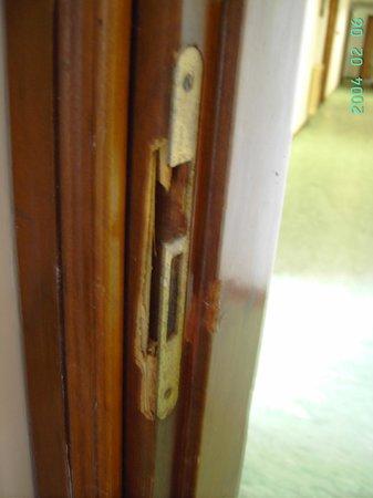 Hotel Serapo: porta della camera scardinata