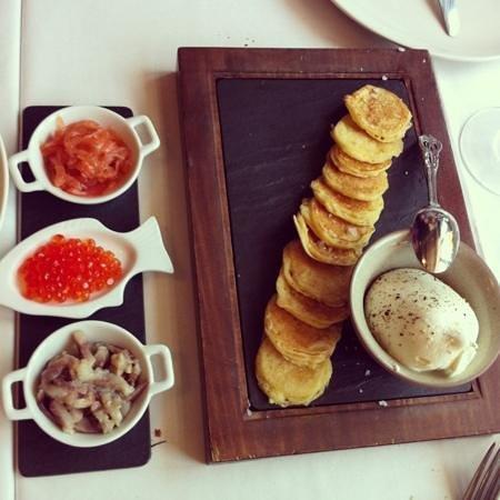 Restaurante Fishka: blinis con caviar keta, huevas de salmon, arenque y nata agria