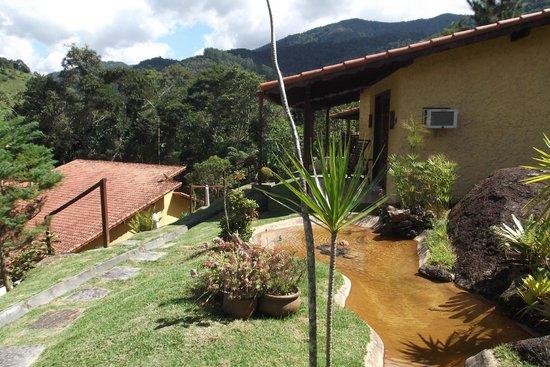 Pousada Jardim Real : Lago junto ao chalé master e superior.