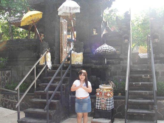 Hard Rock Hotel Bali: Pura di dalam hotel samping kolam renang