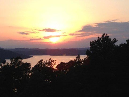 Pointe West Resort Motel: Sunset on the lake