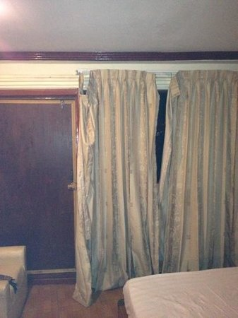 River-Star Hotel : de gordijnen van ons kamer hangde los  en de deur kon niet vast