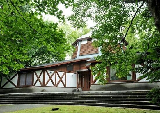 كارويزاوا ماشي, اليابان: 森が絵本の世界を際立たせます。