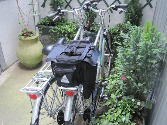 Hotel Ronsard : kept bikes in the secure court