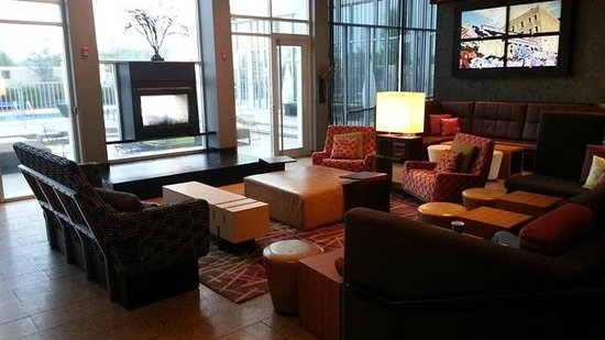 Aloft Rogers-Bentonville: Re:Mix lobby/lounge - comfy, but noisy when people are playing pool.