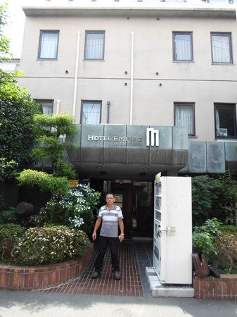 Hotel Empire In Shinjuku : fachada do hotel em frente a tipica rua