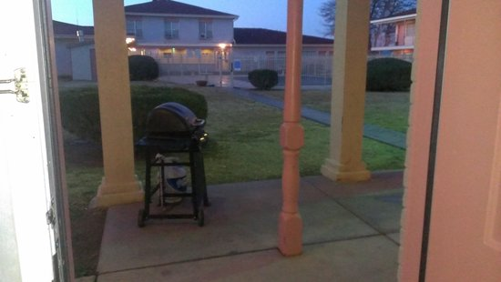Days Inn by Wyndham Roswell: BBQ grills avaible