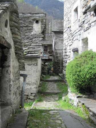 Verzasca Dam: Walking through a stone village