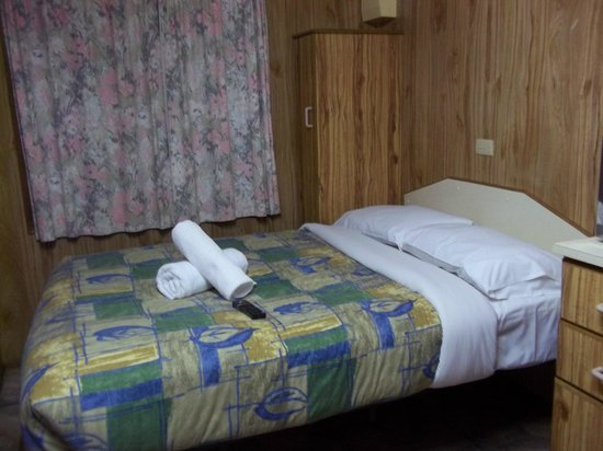 Katoomba Falls Tourist Park: Double bed in main room