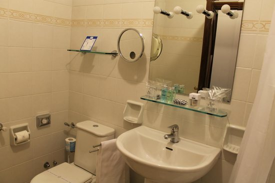 Aldrovandi Residence City Suites: Senior Suite bathrooom - small and needs renovation