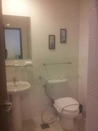 Alpa City Suites: Bathroom