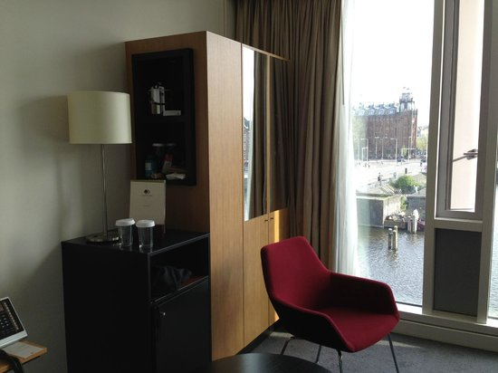 DoubleTree by Hilton Hotel Amsterdam Centraal Station: Closet - not big enough