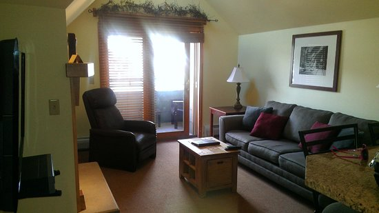 Zephyr Mountain Lodge : This is the livingroom with a fold out sofa bed
