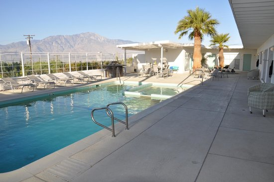 Sagewater Spa: Pool and mountains in the background
