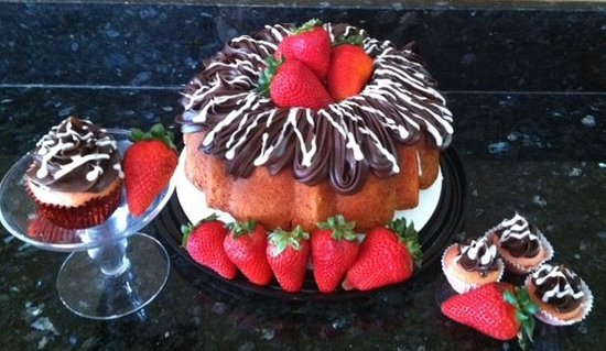 Elements Bakery & Cafe: Chocolate Covered Strawberry Cake