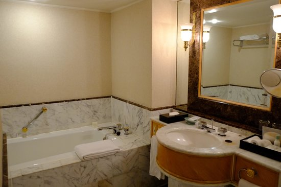 Grand Hyatt Taipei: Marble bathroom