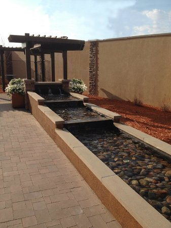 Courtyard Mankato : Outside water feature