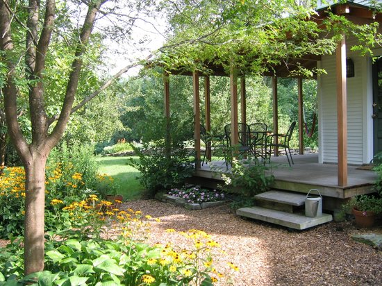 On the Creek Bed & Breakfast: Enjoy breakfast on the porch