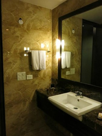 juSTa Gurgaon Hotel: Another view of the bathroom