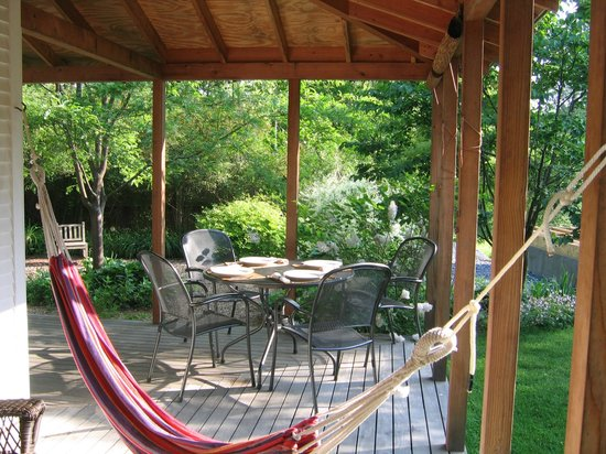 On the Creek Bed & Breakfast: Breakfast on the porch