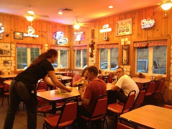 Hamburger Ranch & Bar-B-Que: Dining area