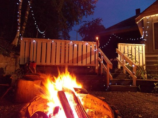 Kicking Horse Hostel: Firepit at the back of the hostel