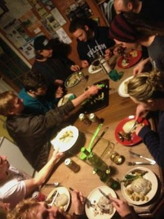Kicking Horse Hostel: Communal hostel dinner