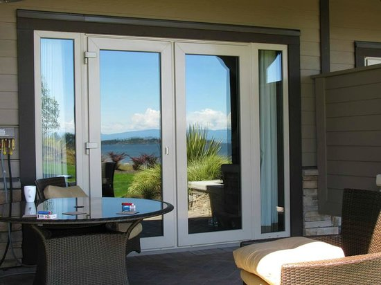 Sunrise Ridge Waterfront Resort: Back Patio with view reflected in the doors